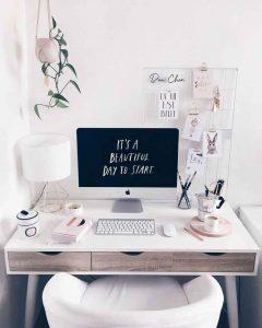 scrivania bianca con computer
